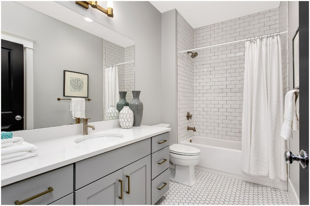 clean bathroom to sell your house fast